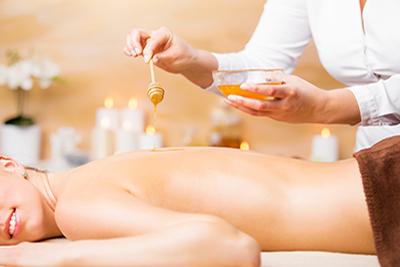 Eine Honigmassage am Rücken, inklusive Massage der ganzen Rückseite